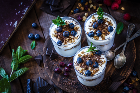 Probiotika Gläser mit Joghurt und Beeren
