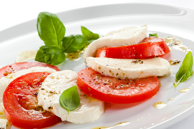 Flohsamenschalen Rezepte veganer Mozarella mit Tomaten auf einem Teller