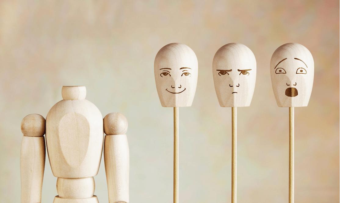 Darm und Psyche Holzfiguren mit Geschichtern mit unterschiedlicher Mimik bemalt