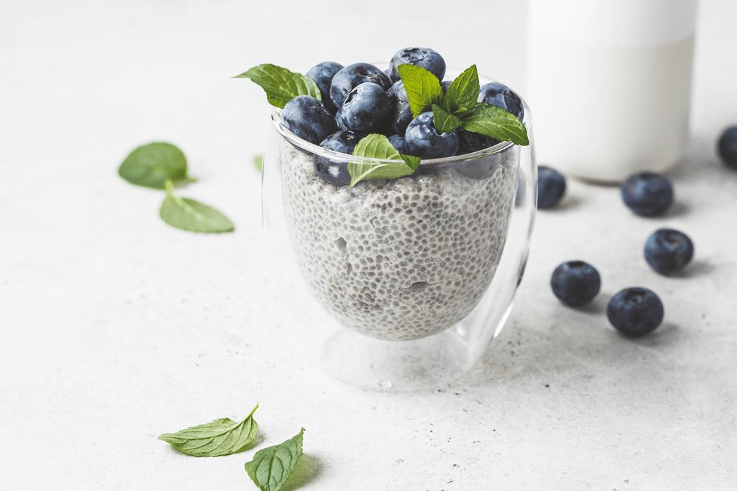 Flohsamenschalen Rezepte Chiapudding in einem Glas mit Blaubeeren
