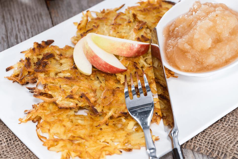 Flohsamenschalen Rezepte Kartoffelpuffer und Apfelmus auf einem Teller mit Besteck