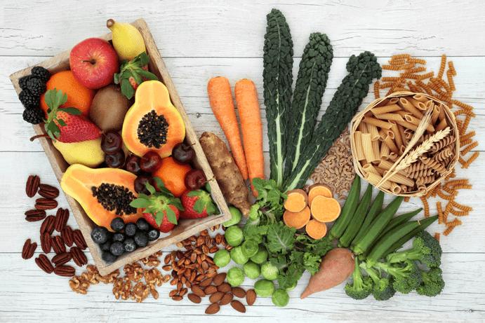 Immunsystem stärken Ernährung Obst, Gemüse und Getreide auf einem Tisch
