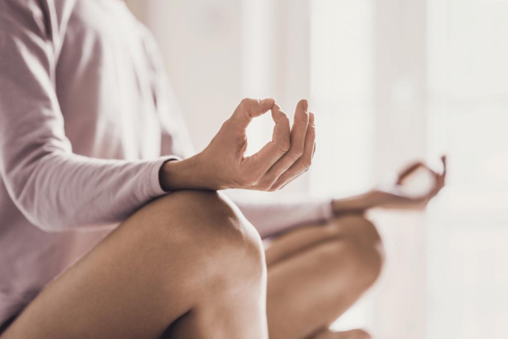 Wechseljahre Verstopfung Frau macht Yoga