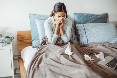 Wie stärke ich mein Immunsystem? Frau putzt sich die Nase